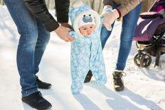 一个婴孩的第一步在冬天停放 图库摄影