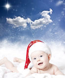 一个婴孩的画象有圣诞老人帽子的 库存照片