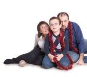 一个年轻家庭坐与她的儿子的地板 免版税库存照片
