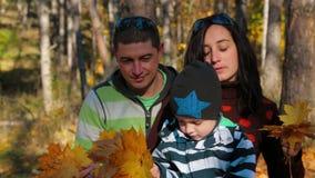一个年轻家庭的画象有整理的孩子的 股票视频