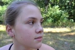 一个11岁的女孩的画象 免版税库存图片