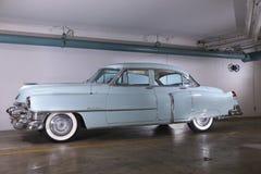 一个1950年` s卡迪拉克轿车的图象在浅蓝色的 库存照片