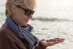 一个离开的海滩的妇女 免版税库存图片