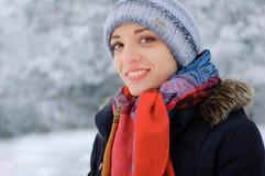 一个年轻微笑的浅黑肤色的男人的画象在冬天公园 图库摄影