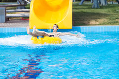 一个年轻快乐的人获得乐趣在度假在水池在水公园 库存图片