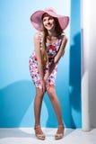 一个年轻快乐的女孩的画象有帽子全长微笑的 图库摄影