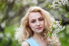 一个年轻性感的女孩行家美丽的金发碧眼的女人的特写镜头画象有红色嘴唇的 免版税图库摄影