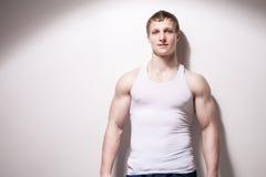 一个年轻性感的肌肉人的画象内衣的 库存图片
