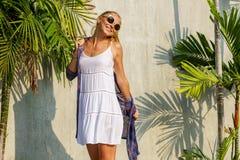 一个年轻时髦的女孩的夏天晴朗的画象 免版税库存照片