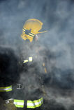 一个黑暗和充满烟雾的大厦的消防队员 库存图片
