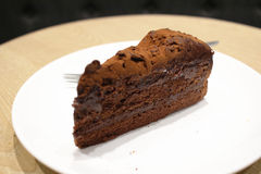 一个黑暗的巧克力蛋糕 免版税库存照片