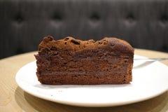 一个黑暗的巧克力蛋糕 免版税图库摄影
