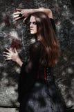 一个黑暗的森林美丽的少妇的万圣夜巫婆巫婆服装的 万圣夜艺术设计 恐怖背景为万圣夜 库存图片