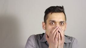 一个年轻有胡子的人的画象被吓唬了 姿态 股票视频