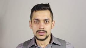 一个年轻有胡子的人的画象被吓唬了 姿态 股票录像