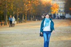 一个晴朗的秋天的快乐的年轻巴黎人女孩 免版税库存照片
