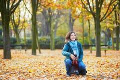 一个晴朗的秋天的快乐的年轻巴黎人女孩 库存照片
