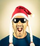 一个绝望年轻人的画象有圣诞老人红色帽子的 库存图片