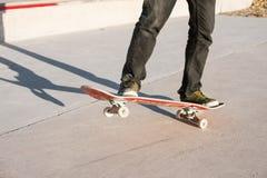 一个滑板的一个年轻人在一skatepark的一个指南在房子背景  库存照片