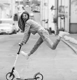 一个滑板的女孩在城市 库存图片