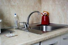 一个水槽和一个龙头的现代设计在厨房里 库存图片