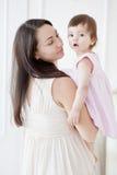 一个年轻母亲和小女儿的画象 免版税库存图片