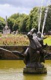 一个水池和喷泉在口岸阳光下 免版税图库摄影