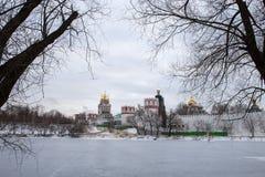 一个冻池塘的全景在Novodevichy女修道院的古老墙壁的附近 莫斯科 俄国 图库摄影