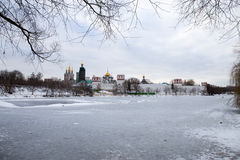一个冻池塘的全景在Novodevichy女修道院的古老墙壁的附近 莫斯科 俄国 免版税库存照片