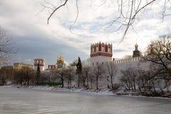 一个冻池塘的全景在Novodevichy女修道院的古老墙壁的附近 莫斯科 俄国 免版税库存图片