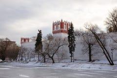 一个冻池塘的全景在Novodevichy女修道院的古老墙壁的附近 莫斯科 俄国 库存照片