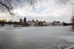 一个冻池塘的全景在Novodevichy女修道院的古老墙壁的附近 莫斯科 俄国 免版税图库摄影