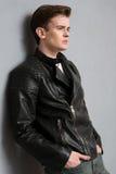 一个年轻沉思人的画象皮夹克的 免版税库存图片