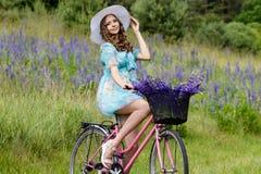 一个年轻深色的女孩羽扇豆草甸 图库摄影