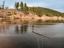一个冻湖在冬天 免版税库存图片
