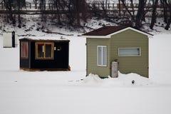 一个冻湖的鱼房子 库存照片
