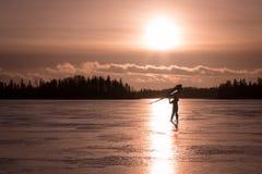 一个冻湖的Kitewing滑雪者在日落期间 免版税图库摄影