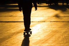 一个年轻溜冰板者的剪影 库存图片