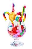 一个玻璃容器的静物画用不同的五颜六色的糖果sw的 库存图片