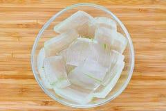 一个玻璃碗芦荟维拉充分切开了成片断 免版税库存照片