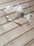一个玻璃茶罐的顶视图特写镜头用花中国茶准备好酿造和在木背景的一个盖帽在前面 免版税图库摄影