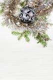 一个黑玻璃Xmas球和枝杈在白纸 库存图片