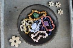 一个医治用的作用的水晶镯子和宝石 库存照片