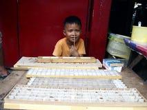 一个年轻男孩卖用于蜘蛛战斗的各种各样的蜘蛛 库存照片