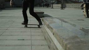 一个年轻男孩执行在滑板的一个把戏 影视素材