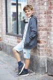 一个年轻男孩的画象,外面 免版税库存图片
