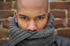一个黑男性时装模特儿的画象与灰色围巾覆盖物面孔的 免版税库存照片
