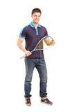 一个年轻男性短网拍墙球球员的全长画象 免版税库存照片