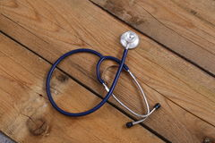 一个医疗听诊器的特写镜头,隔绝在木背景 库存照片