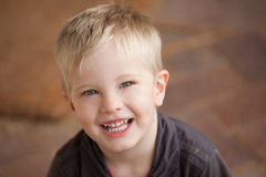 一个年轻白肤金发的两岁的男孩头射击了微笑对照相机ag 图库摄影